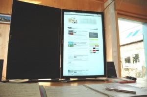 Installation informatique utilisée généralement avec 2 écrans sur le même ordinateur pour un gain d'efficacité.